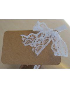 Bordkort i genbrugspapir med hvid klemme og blonde 7,5x4,5 cm